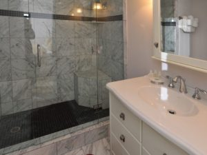 2Bedroom-VRCMountainResort-Bath-300x225.jpg